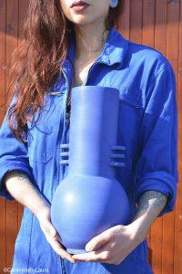 Portrait créatrice Ceramics By Laura, grand vase bleu