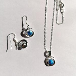 Parure Collier et Boucles d'oreilles assorties enémail sublimées à la feuille d'argent «Bleu lavande »