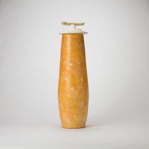 Vase en céramique et bois orange et blanc.