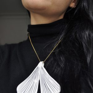 Collier grande feuille de gingko en porcelaine blanc et noir