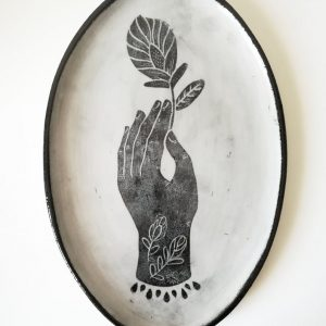 Plat ovale artisanal en grès – motif Main et fleur