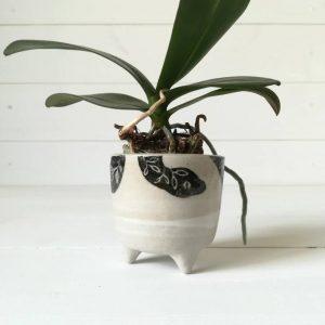Mini cache-pot tripode artisanal en grès – motif serpent