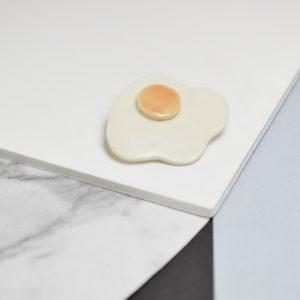 Pin's Oeuf au plat, porcelaine
