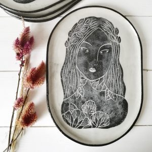 Plat ovale à gâteaux ou décoratif artisanal en grès – motif Buste