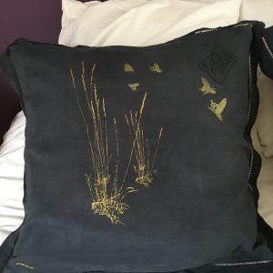Paire de taies d'oreiller anciennes teintées en noir et sérigraphiées » Longues graminées» doré