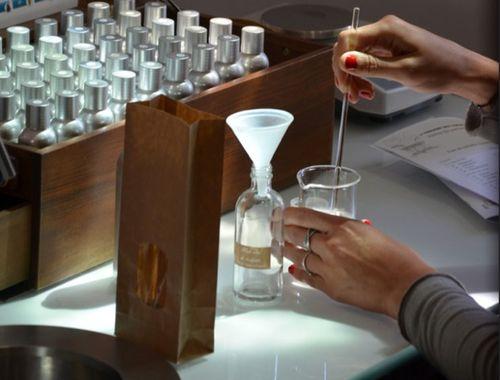cr er son parfum sur mesure paris france cosm tique kreamondo. Black Bedroom Furniture Sets. Home Design Ideas